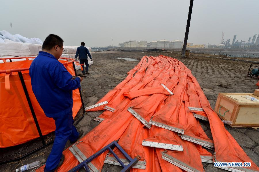 The Qingdao local authorities start oil spill cleanup after a pipeline blast on Friday. The death toll in the explosions has risen up to 48 on Saturday while China's largest oil refiner apologized for the accident that also left 136 others injured and sent 18,000 residents fleeing from their homes. [Photo / Xinhua]