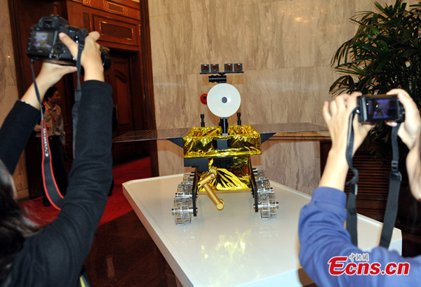 Visitors take photos of a 1: 2 scale model of Chang'e 3 moon rover on September 25, 2013.  [China News Service]