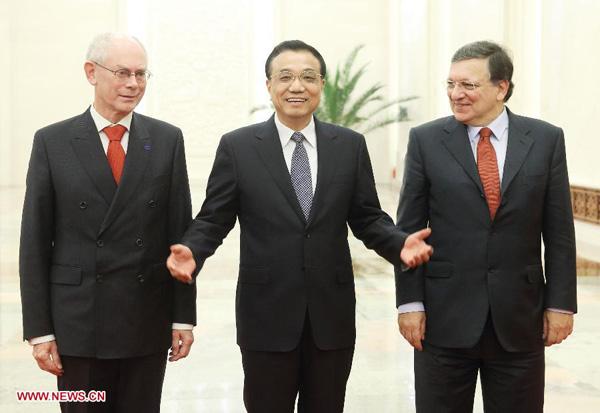11月21日,国务院总理李克强在北京人民大会堂同欧洲理事会主席范龙佩、欧盟委员会主席巴罗佐共同主持第十六次中国欧盟领导人会晤。[新华社 姚大伟 摄]