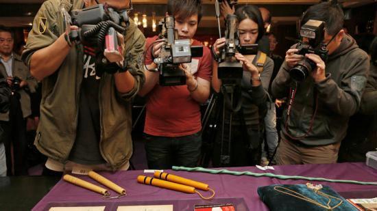 2-го декабря представителям СМИ дали возможность ознакомиться с лотами аукциона вещей Брюса Ли