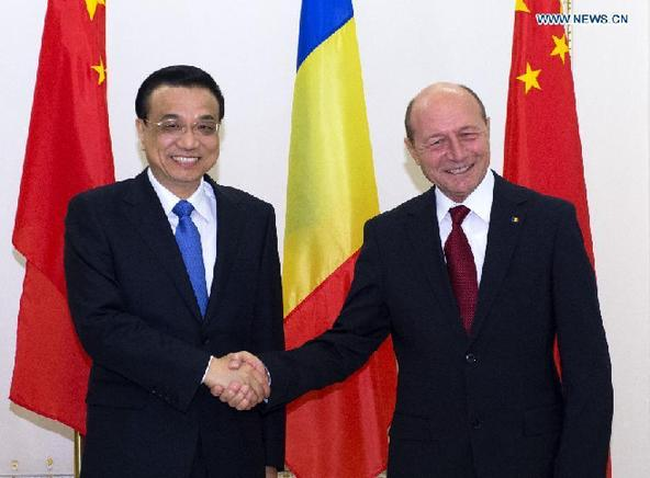 Chinese Premier Li Keqiang (L) meets with Romanian President Traian Basescu in Bucharest, Romania, Nov. 27, 2013. [Li Xueren/Xinhua]