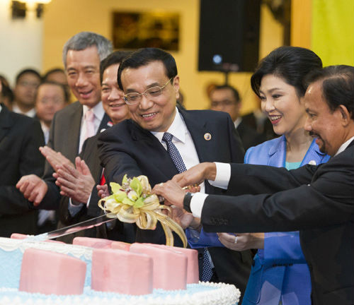 Chinese Premier Li Keqiang (C) cuts cake with ASEAN leaders, celebrating the 10th anniversary of China-ASEAN Strategic Partnership on Oct 9, 2013. [Xinhua photo]