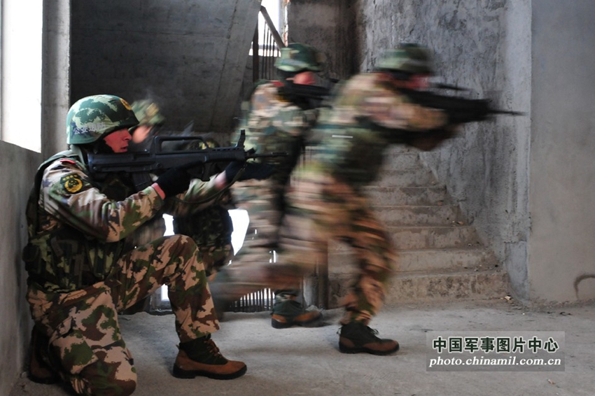 Xinjiang vows to crack down on terrorism, as maintaining social stability is a priority for 2014. [photo / chinamil.com.cn]