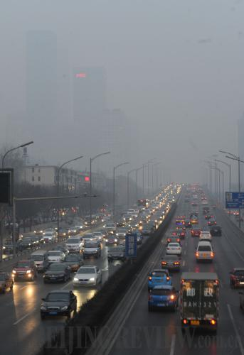 Traffic on Beijing's East Third Ring Road on a particularly hazy day on February 22 [Photo:Luo Xiaoguang]