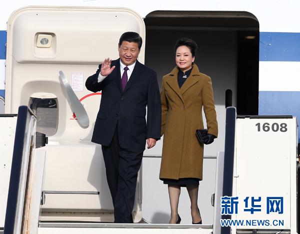3月30日,国家主席习近平抵达布鲁塞尔,开始对比利时进行国事访问,并访问欧盟总部。这是习近平和夫人彭丽媛步出机舱。[新华社 庞兴雷 摄]