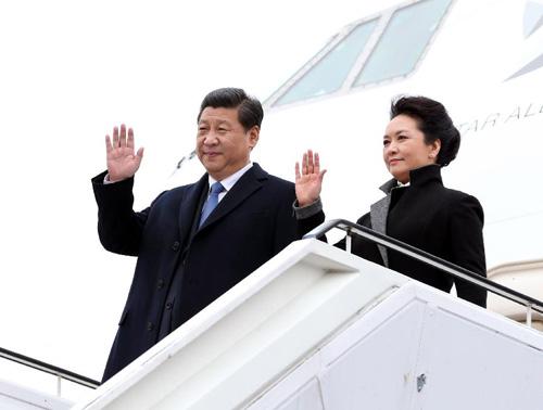 3月28日,中国国家主席习近平抵达柏林,开始对德国进行国事访问。图为习近平和夫人彭丽媛步出机舱。