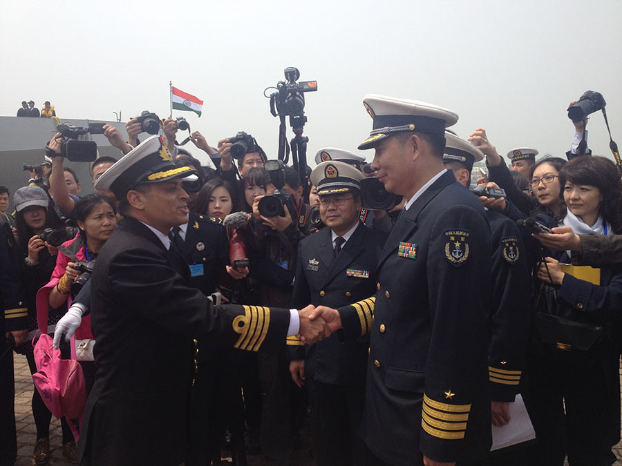Puruvir Das, commander of the Indian frigate Shivalik, shakes hands with Qingdao garrison commander Wu Dongzhu at a welcoming ceremony in Qingdao, East China's Shandong province, April 20. [Photo/China Daily]