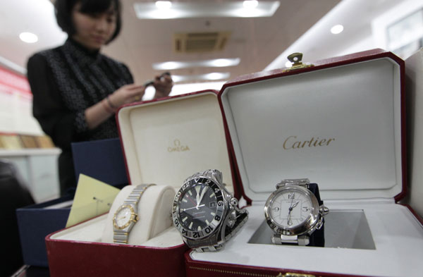 Luxury items given as bribes to government officials will be auctioned in Wenzhou, East China's Zhejiang province, according to local anti-graft officials, on May 4, 2013. [Photo/Asianewsphoto]