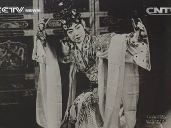 Mei played mostly female roles and his style of dance and singing won such acclaim over the years that it came to be known as the Mei Lanfang School.