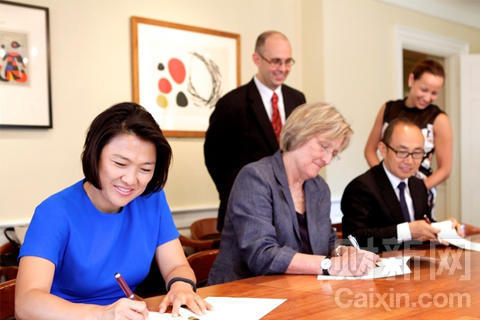 Zhang Xin (L), SOHO's CEO and her husband Pan Shiyi (R) have set up the SOHO China Scholarship with the donation to Harvard. [caixin.com]