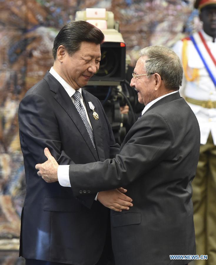 Chinese President Xi Jinping (L) is awarded Cuba's Jose Marti Medal by Cuban President Raul Castro in Havana, capital of Cuba, July 22, 2014. [Xinhua/Liu Weibing]