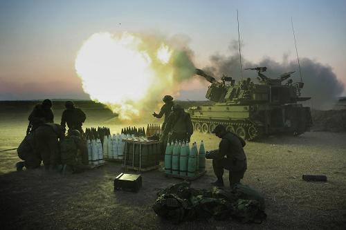 Israeli soldiers of the 155mm artillery cannons unit fire towards the Gaza Strip from their position near Israel's border with the coastal Palestinian enclave, on July 21, 2014. [Xinhua photo]