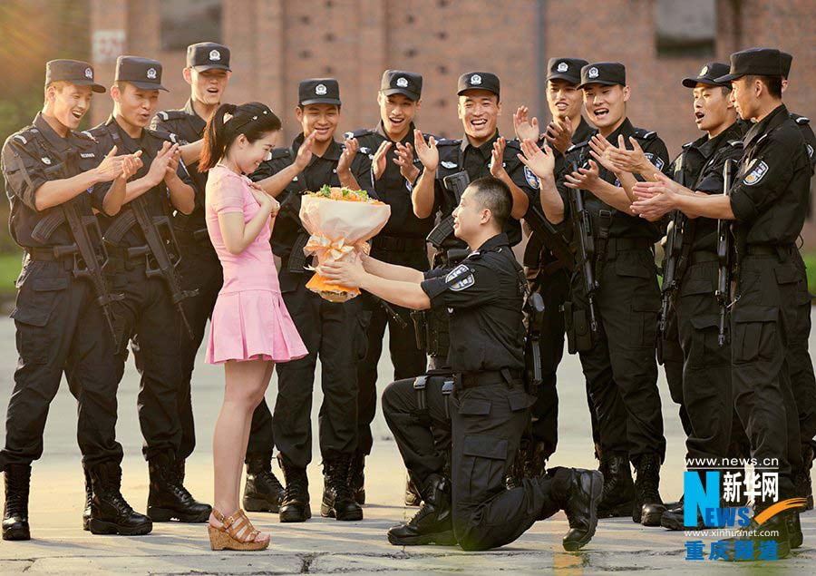 Engagement photos of SWAT officer go viral- China.org.cn