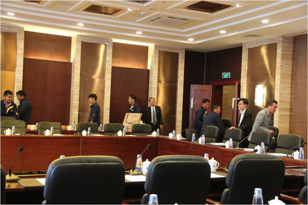 Staff are busy with arranging the meeting room. [Photo/China Tibet Online]
