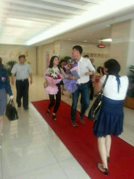 The photo circulating on microblog Sina Weibo, China's Twitter-like social media platform, shows that Liu Xiang registers for marriage today. [Sina Weibo]