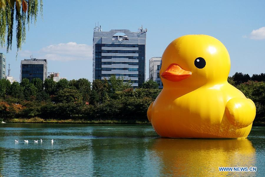 Giant yellow rubber duck exhibited in Seoul - China.org.cn