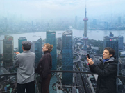Visitors immerse themselves in panoramic photo of Shanghai