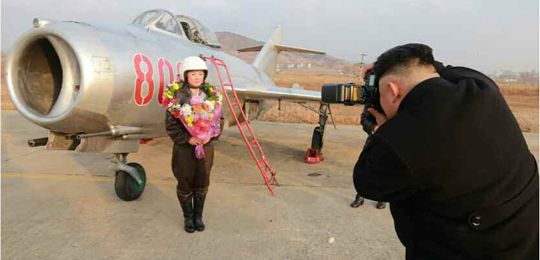 金正恩视察空军 亲自为女歼击机飞行员拍照