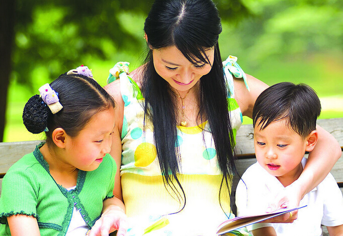 Experts say that now is a good time to abandon the one-child policy because improving the quality of the labor force is crucial to China's economic and social development, and China's future relies on a smoother transition to the demographic dividend.[File photo]