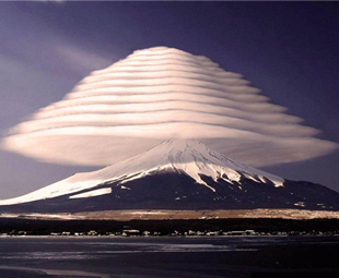 Extraordinary lenticular clouds