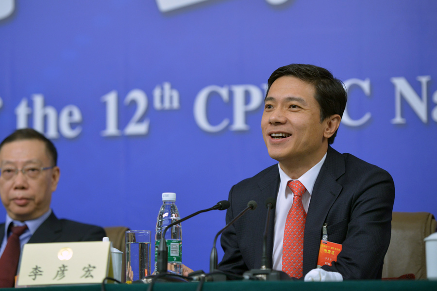 Li Yanhong, CEO of Baidu Inc., speaks at a press conference in Beijing on March 11, 2015.[Photo/Chinanews.com]