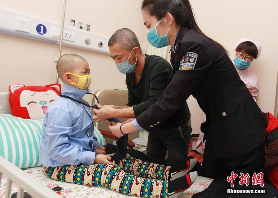 Leukemia boy's policeman dream comes true- China org cn