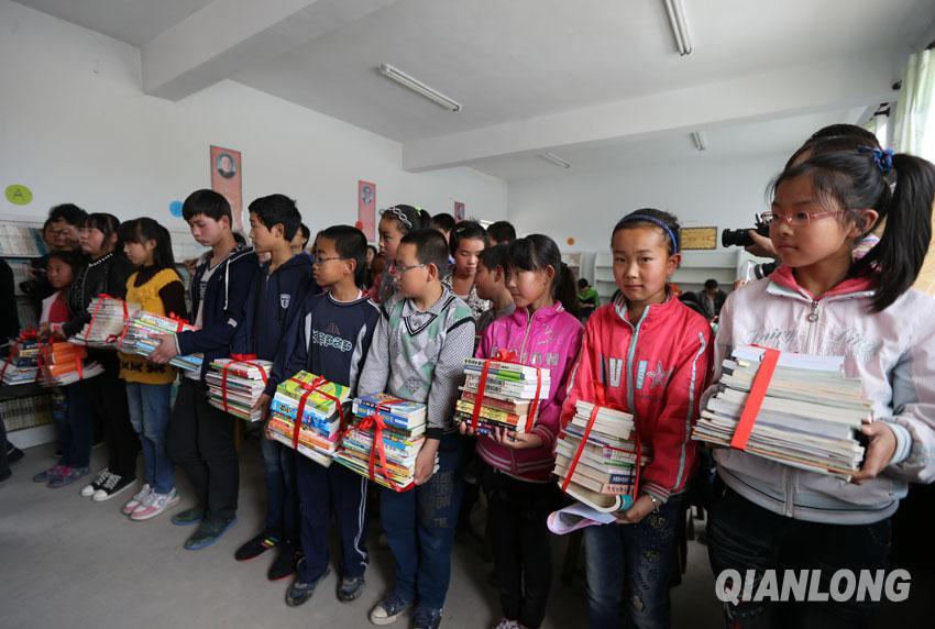 北京小伙伴拉手灵丘贫困儿童传递悦读梦想