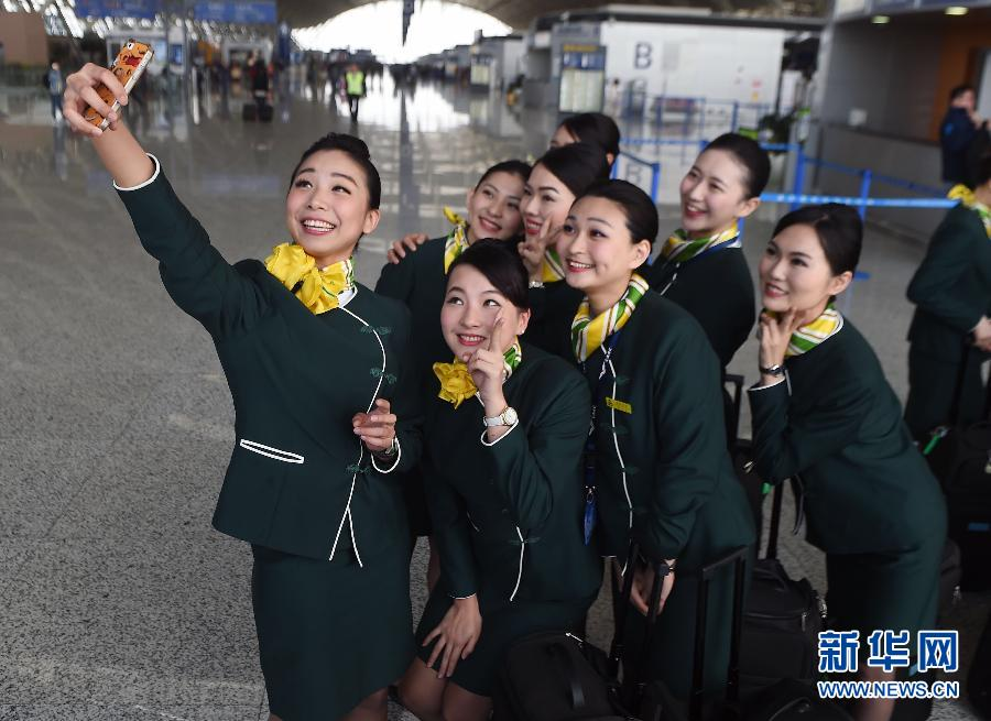 A group of flight attendants from Taiwan take a selfie at the Shanghai Pudong International Airport on May 7, 2015. [Photo: Xinhua]