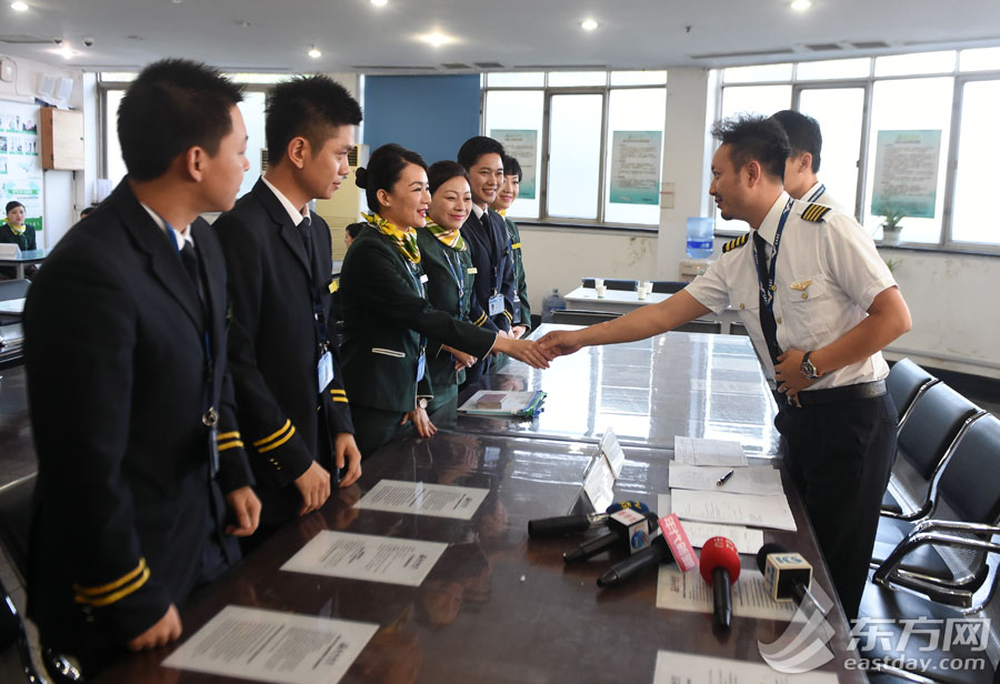 Captain of the Flight 9C8951 flying from Shanghai to Taipei shakes hands with flight attendants on May 7, 2015. [Photo: eastday.com]
