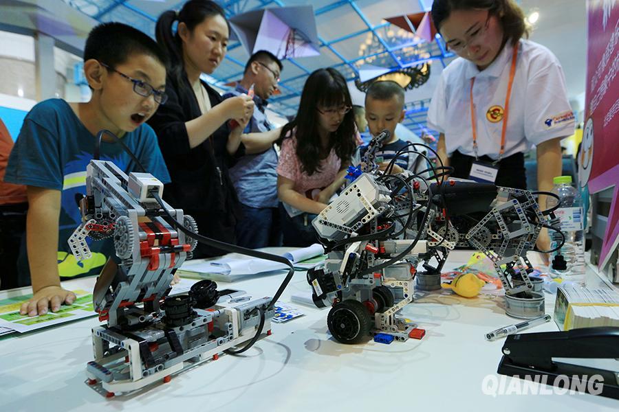 科技周机器人引小学生关注