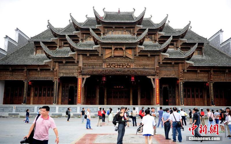 "Qiannan China  city photos : The ""Caotang Theater Building"" of Weng'an county. Chinanews.com ..."
