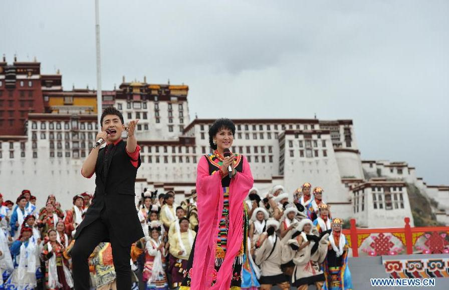 Singers perform at the Potala Palace Square in Lhasa, southwest China's Tibet Autonomous Region, Aug. 3, 2015. Artists from Xinlianxin Art Troupe, organized by China's Central Television, started a tour in Tibet on Monday to mark the 50th anniversary of the establishment of Tibet Autonomous Region. [Photo: Xinhua]