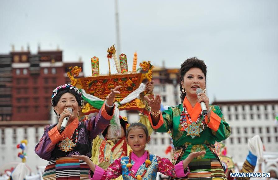 Tibetan singers perform at the Potala Palace Square in Lhasa, southwest China's Tibet Autonomous Region, Aug. 3, 2015. Artists from Xinlianxin Art Troupe, organized by China's Central Television, started a tour in Tibet on Monday to mark the 50th anniversary of the establishment of Tibet Autonomous Region. [Photo: Xinhua]