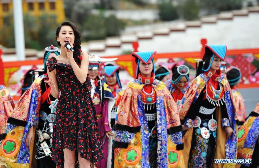 Singer Eva Huang sings at the Potala Palace Square in Lhasa, southwest China's Tibet Autonomous Region, Aug. 3, 2015. Artists from Xinlianxin Art Troupe, organized by China's Central Television, started a tour in Tibet on Monday to mark the 50th anniversary of the establishment of Tibet Autonomous Region. [Photo: Xinhua]