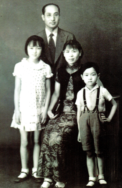 Yan Mingguang (left) and Yan Mingfu with their parents in Wuhan in 1938. Photo Provided to China Daily