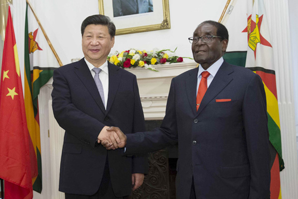 Chinese President Xi Jinping (L) holds talks with Zimbabwean President Robert Mugabe in Harare, Zimbabwe, Dec 1, 2015. [Photo by Huang Jingwen/Xinhua]