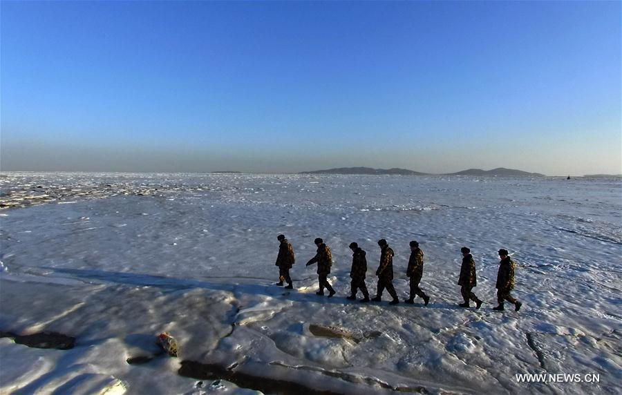 Frontier soldiers check sea ice in NE China- China.org.cn