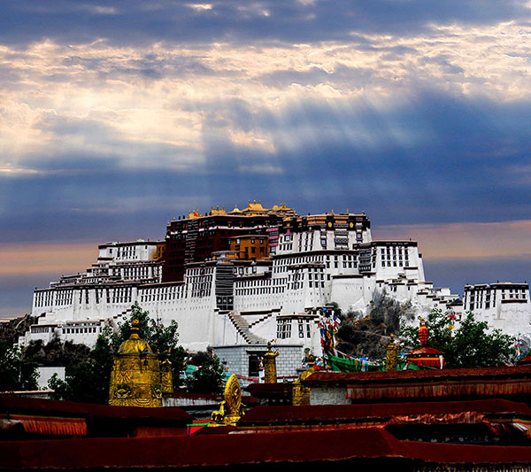 Potala Palace bathed in the morning light in Lhasa, June 1, 2013. [Photo by Li Zhongmin/All rights reserved by chinadaily.com.cn]