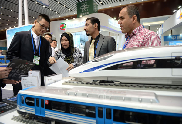 Exhibitors from Jordan learn about high-speed railway products manufactured in China during the China-Arab States Expo held in Yinchuan, Ningxia Hui autonomous region, in September. WANG PENG/XINHUA