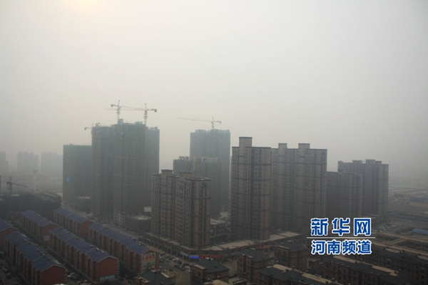 Zhengzhou is enveloped in smog on March 15, 2015. [Xinhua]