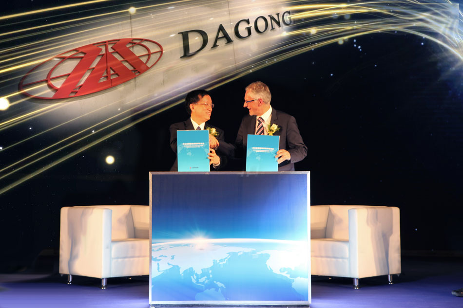 Dagong Chairman Guan Jianzhong and Hans-Peter Egler, the CEO of Global Infrastructure Basel, jointly launch the Dagong Global Infrastructure Credit Rating Methodology in Beijing on April 8, 2016. [Photo: CRIENGLISH.com]