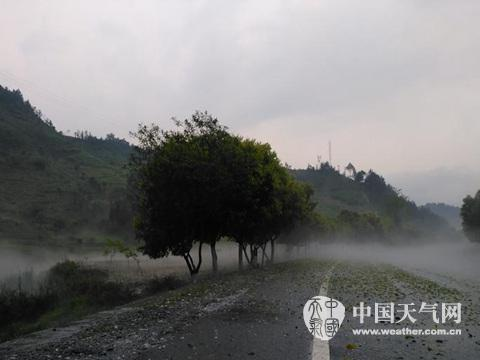 Strong wind and hail hit Nandan County, Guangxi Zhuang Autonomous Region, on April 17, 2016. [Weather.com.cn]