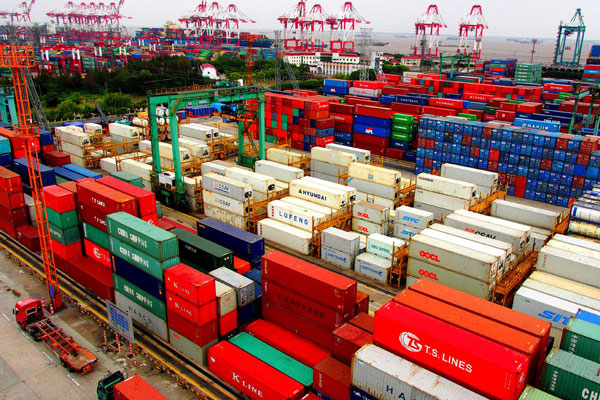 Containers pile up at Waigaoqiao Port in the Shanghai Free Trade Zone. [Photo/Xinhua]