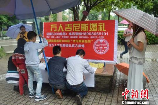 People look at the poster which says 'hiring 5,000 best men'. [Photo/chinanews.com]