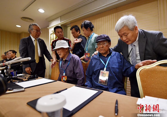 Chinese nationals on behalf of the wartime Chinese forced laborers in Japan signs a deal with Mitubishi Materials in Beijing on June 1, 2016. [Photo/Chinanews.com]
