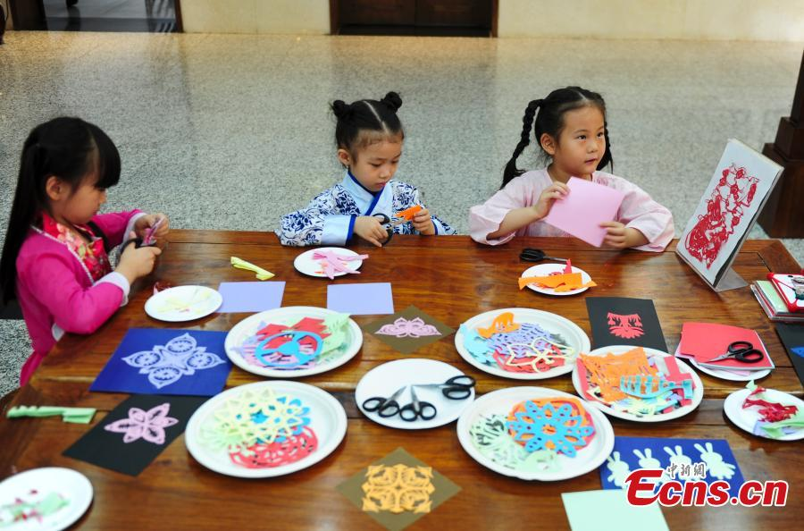 2日,儿童学习剪纸.当日,在济南妇女儿童活动中心中华文化体验