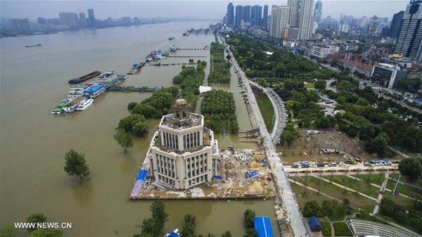 Photo taken on July 3, 2016 shows the rising water level at Hankou section of the Yangtze River in Wuhan, capital of central China's Hubei Province. Influenced by the heavy rainfall in the upper reaches, the water level of Hankou along the Yangtze River reached 27.08 meters Sunday, 0.22 meters lower than the warning level. [Photo/Xinhua]