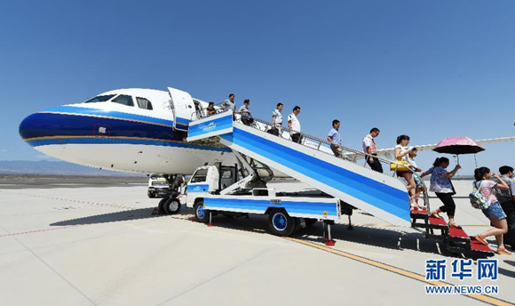 China's domestic air traffic will become the world's largest within 10 years. [File photo/Xinhua]