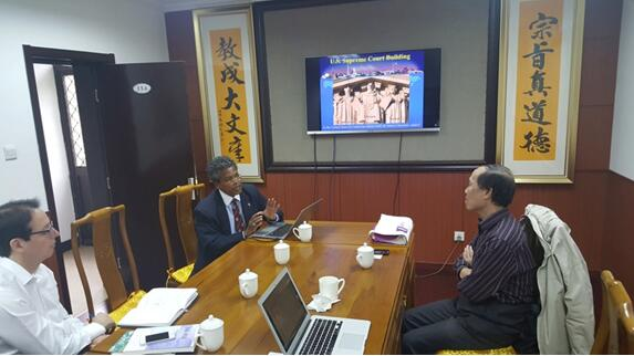 Professor Patrick Mendis (center) explained the importance of Confucius among the trinity of the U.S. Supreme Court Building in Washington, D.C., as Director Xiaochao (right) and Professor Daniel Bell of Tsinghua University (left) listened to the lecture.