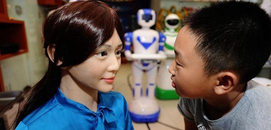湖南首家机器人5S店落户长沙 智能美女机器人吸睛